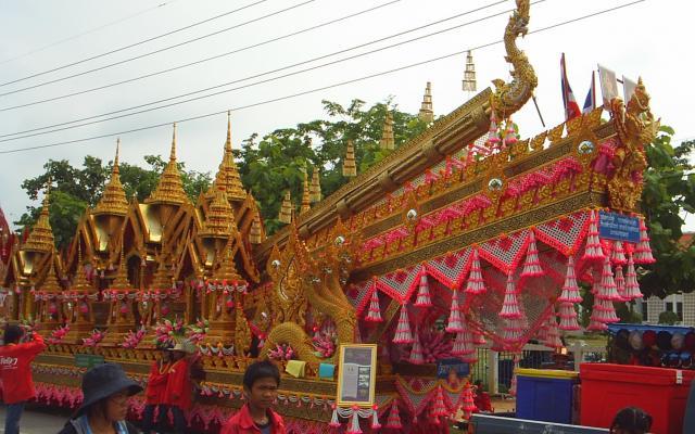 www.thai-dk.dk/uploads/aa111Yasothonrocketfloat.JPG