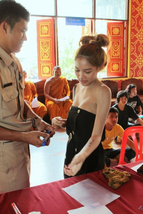 www.thai-dk.dk/foto123/ladyboy-army-conscripts-thailand-4.jpg