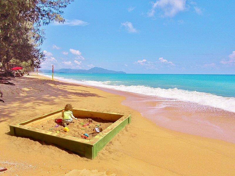 www.thai-dk.dk/uploads/Phuket-Beach-.jpg